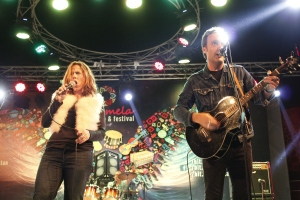 American Musician Mary McBride and her band performing 'Dil Dil Pakistan' at Music Mela 2015