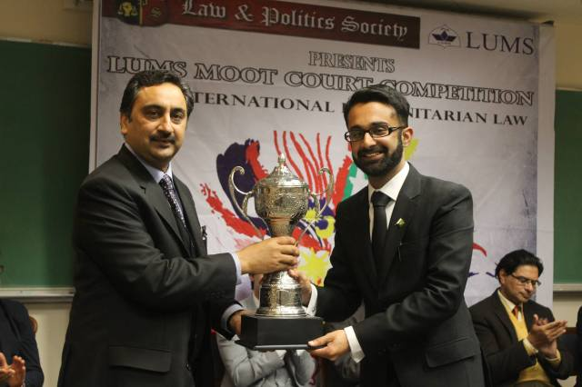 SUSI Alumnus Daniyal Hassan receiving an award from Legal Expert Ahmer Bilal Soofi during the moot at LUMS